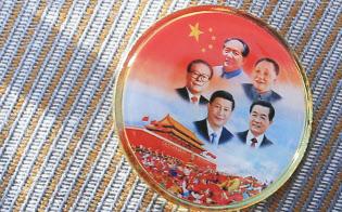 全人代に出席したチベット代表団の胸に着けられたバッジ。中国歴代の国家主席があしらわれている(13日、北京の人民大会堂前)=写真 小高顕