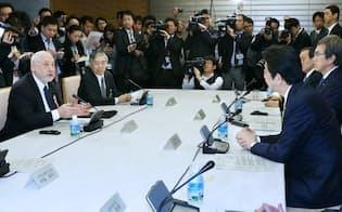 国際金融経済分析会合で安倍首相を前にあいさつするスティグリッツ米コロンビア大教授(左)。左から2人目は黒田日銀総裁(16日午前、首相官邸)