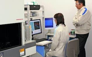 標的となるたんぱく質と多数の化合物を反応させて、最も良くたんぱく質を活性化する化合物を見つける(第一三共RDノバーレ提供)
