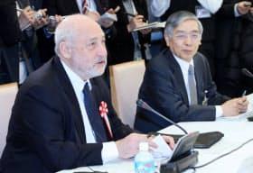 国際金融経済分析会合に出席したスティグリッツ米コロンビア大教授(左)。右は黒田日銀総裁(16日午前、首相官邸)