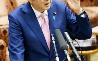 参院予算委で答弁する安倍首相(18日午後)