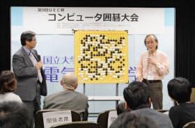 優勝した囲碁ソフト「Zen」の開発チーム代表の加藤英樹氏(右)(20日、東京都調布市の電気通信大)=共同