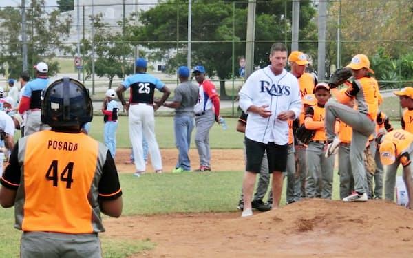 大リーグのコーチから野球の指導を受けるキューバの子どもたち(21日、キューバ・ハバナ)=写真 宮本英威