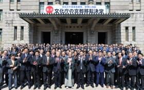 文化庁京都移転決定の看板が掲げられた京都市役所前で喜ぶ関係者(22日午後)