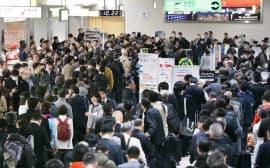 運航再開を待つ搭乗客であふれる伊丹空港の出発ロビー(22日午前)