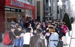 買い物をする訪日客らで歩道はびっしり(東京・銀座)