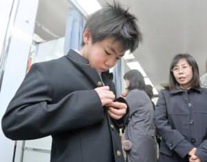 ブカブカの学ランを試着する新入生(3月、東京都中央区の三越日本橋本店)
