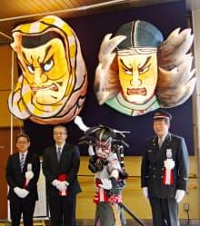 JR新青森駅で展示が始まった義経(右)と弁慶のねぶたの面(23日)=共同