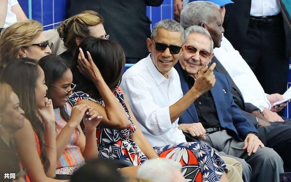 大リーグ・レイズ対キューバ代表チームの親善試合をキューバのカストロ国家評議会議長(右)と並んで観戦するオバマ米大統領(22日、ハバナ)=共同