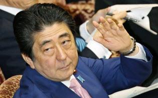 参院予算委で答弁のため挙手する安倍首相