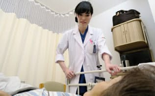 入院患者に声をかける山口祐貴医師(島根県益田市)