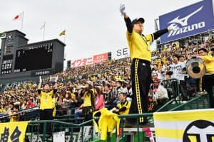 ヒッティングマーチやコールなどで選手を応援する応援団と観客(兵庫県西宮市の阪神甲子園球場)