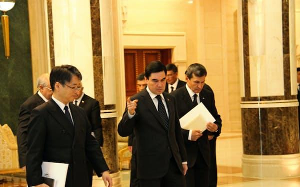 経済減速に危機感を強めている(25日、アシガバードの大統領宮殿で日本の上月大使と会談するベルドイムハメドフ大統領(中))