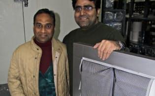 サラダ・デイズ共同創業者のワルン・マダン氏(右)はITEのパンカジ・ガルグ社長(左)と冷蔵ボックスを開発した(ニューデリー近郊)