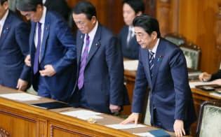 参院本会議で2016年度予算が与党などの賛成多数で可決、成立し、一礼する安倍首相(29日午後)