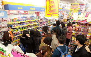 訪日客は高額品から日用品へと購入対象を広げている(東京・渋谷のマツモトキヨシ店舗)