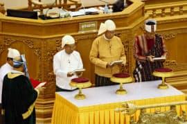 宣誓するティン・チョー新ミャンマー大統領(右から2人目)=30日、ネピドー