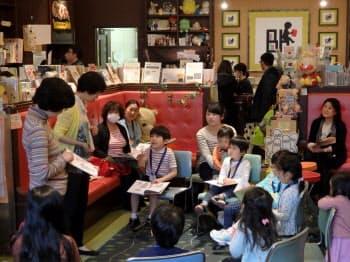 英語の絵本の読み聞かせを楽しむ子どもたち(ブックハウス神保町=東京・千代田)