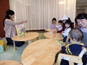 絵本の内容にちなんだ手遊びや工作をする「ブックレク」を楽しむ親子ら(福岡市の「レクルン福岡天神教室)