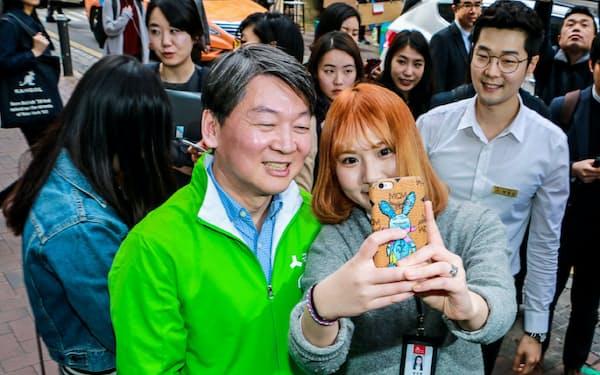 国民の党の安哲秀氏は「政治の刷新」を若者に訴えるが…