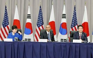 会談する(左から)韓国の朴槿恵大統領、米国のオバマ大統領、安倍首相(31日、ワシントン)=共同