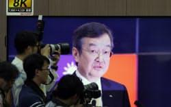 記者会見場の8Kディスプレーに映るシャープの高橋興三社長(2日午後、堺市)