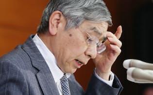 中長期的な「3大円高リスク」の懸念も強まっており、日銀との攻防は激しさを増しそうだ(3月、黒田総裁)