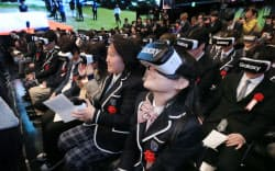角川ドワンゴ学園「N高校」の入学式で「Gear VR」を装着し、沖縄にいる校長の式辞を映像で見る新入生(6日午後、東京都港区のニコファーレ)=写真 小高顕