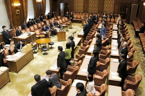 公選法改正案を賛成多数で可決した参院政治倫理・選挙制度特別委員会=1日午前