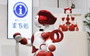 発表会で観光案内の実演をする日立製作所のヒト型ロボット「エミュー3」(8日午前、東京都港区)