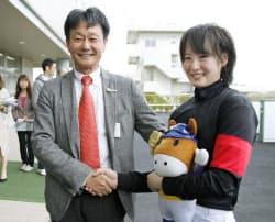 JRA初勝利を挙げ、根本康広調教師(左)から祝福される藤田菜七子(10日、福島競馬場)=共同