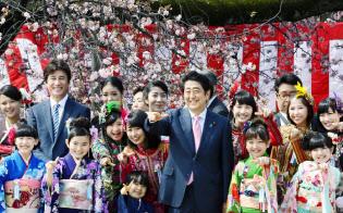 桜を見る会で参加者と記念写真に納まる安倍首相(9日午前、東京・新宿御苑)