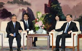 中国の汪洋副首相(右)と会談する河野元衆院議長=12日、北京の人民大会堂(共同)