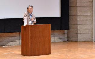 新入生に向けて講演する池上彰特命教授(東京工業大学大岡山キャンパス)