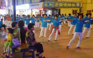 「広場舞」を楽しむおばちゃんたち(中国・大連)