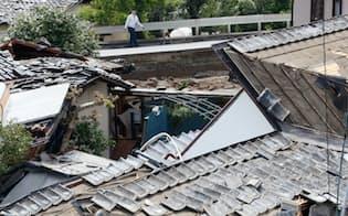 家屋が激しく倒壊した益城町寺迫地区(16日午前、熊本県)=写真 三村幸作
