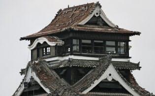 屋根瓦やしゃちほこが落ちた熊本城の天守閣(17日午前、熊本市中央区)