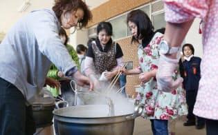 避難所で炊き出しの準備をする住民(17日午後、熊本県南阿蘇村)