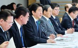 非常災害対策本部会議であいさつする安倍首相(17日午後、首相官邸)