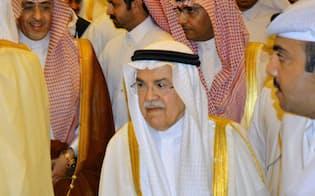 協議会場に入るサウジアラビアのヌアイミ石油鉱物資源相(17日、ドーハ)