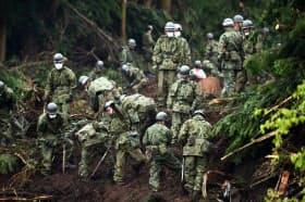 山荘の宿泊客が巻き込まれたとみられる土砂崩れ現場で、行方不明者を捜す陸上自衛隊員(18日午前、熊本県南阿蘇村)