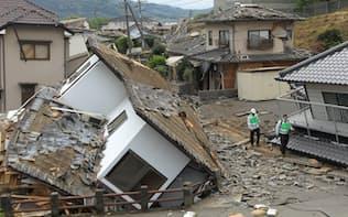 数多くの家屋が倒壊した益城町寺迫地区(16日午後、熊本県)