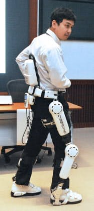 慶応大医学部とサイバーダインが機能再生治療に活用する「ロボットスーツHAL医療用」(4月18日午後、東京都港区)