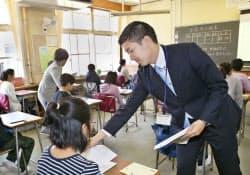 全国学力テストに臨む児童(19日午前、都内の小学校)