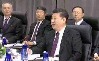 江沢民、胡錦濤時代からのブレーンである王滬寧氏(右端)が第2列に退き、習近平(中央)時代の劉鶴氏(左端)が目立っている(3月31日のワシントンでの米中首脳会談、中国国営テレビの映像から)