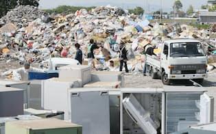 仮置き場に集められた地震で出た廃棄物(20日午前、熊本県益城町)