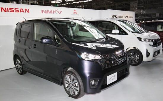 三菱自動車の「eKワゴン」(右)と日産自動車の「DAYZ」(2013年5月、岡山県倉敷市の三菱自動車水島製作所)
