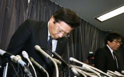 燃費試験に関する不正行為について謝罪する三菱自動車の相川哲郎社長(左)(20日午後、国交省)=写真 小林健