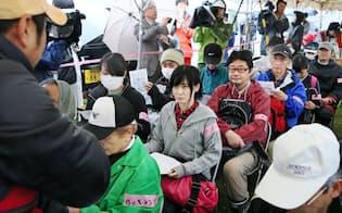 ボランティアの受け付けが始まり、説明を聞く人たち(21日午前、熊本県益城町)