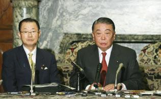 記者会見する大島衆院議長ら(7日午後、国会内)